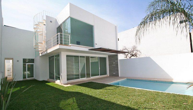 Casa tipo residencial con alberca y jardín privado